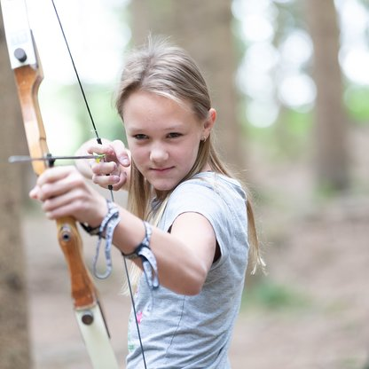 Girl ariming at the 3D targets on the forest archery course on Wurbauerkogel.  | © Hinterramskogler