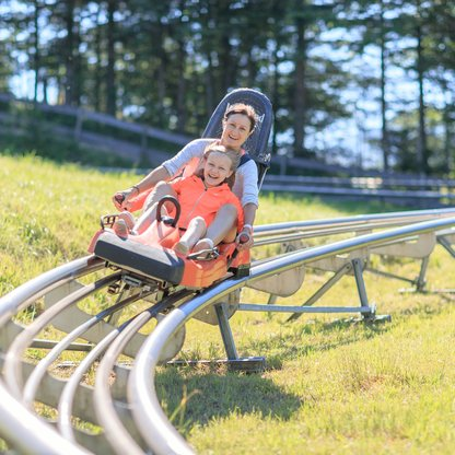 A mother and daughter enjoying the speedy ride with the Alpine Coaster on Wurbauerkogel.  | © Hinterramskogler