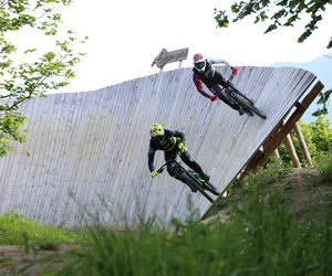 Two bikers dashing across a wooden banked curve  | © Dagmar Gressenbauer
