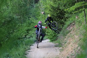 Two bikers practicing their tricks on the trail.  | © Dagmar Gressenbauer