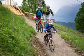 A family with a child on the single track on Wurbauerkogel | © Michael Steiner