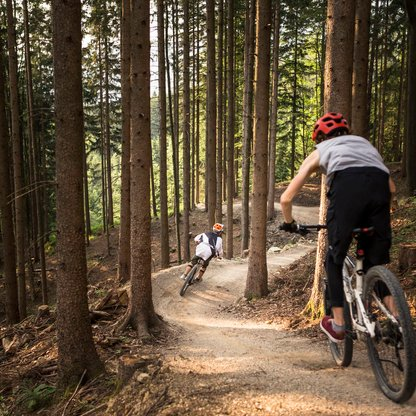 Two bikers dashing down the single trail on Wurbauerkogel.  | © Roland Haschka