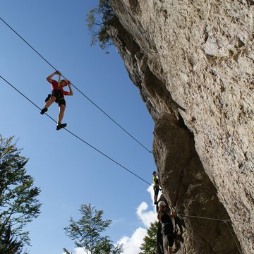 Climber at the Bannholzmauer Mountain Climbing Park mastering the rope bridge  | © Alpenverein