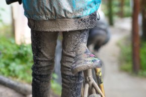 Child with bike covered in mud  | © Marc Schwarz